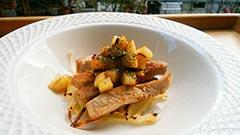 犬猫の豚肉を使ったレシピ「ポークステーキのリンゴ乗せ」